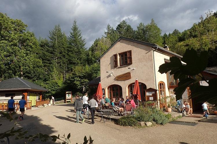 terrasse-soir-camping-la-cascade-Lozere